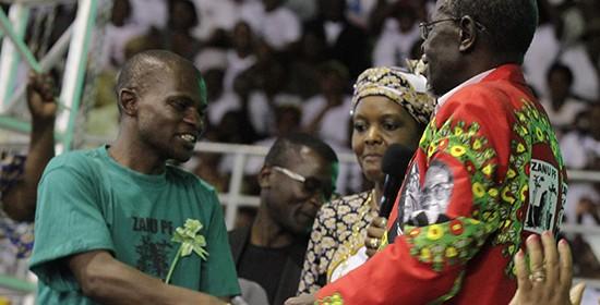 Gomwe-and-Midzi-shake-hands-550